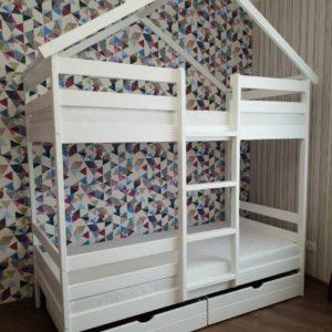 Кровать домик двухъярусная с лестницей по середине